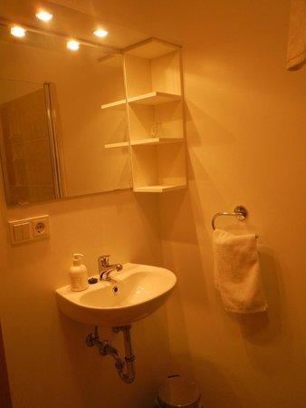 Lambastadir Guesthouse: Bathroom