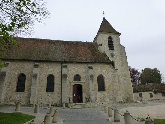Millennium Hotel Paris Charles de Gaulle: ロワシー村の教会