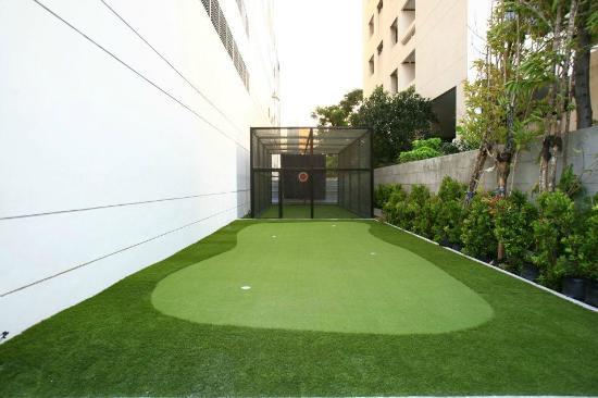 39 Boulevard Executive Residence Hotel: Golf padding green