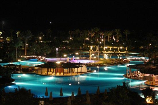 Steigenberger ALDAU Beach Hotel: Pool at night