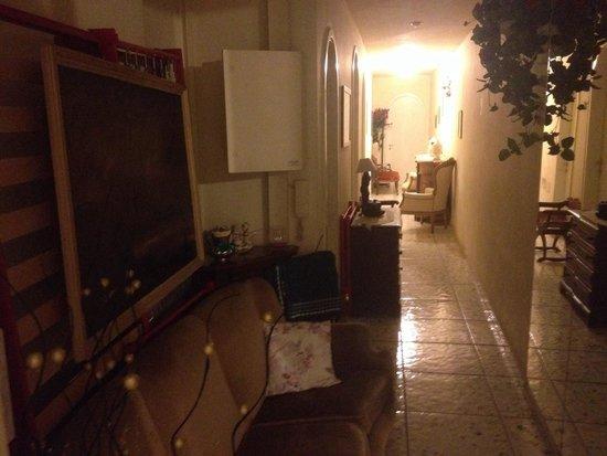 Mearini : Corridoio in disordine con quadri appesi ad alcune reti da letto appoggiate alle pareti