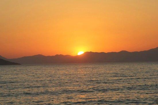Sunset Beach Club: Sunset on the beach