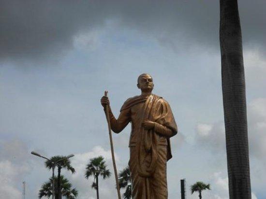 Dakshineswar Kali Temple: Vivekananda statue near Dakshineswar temple