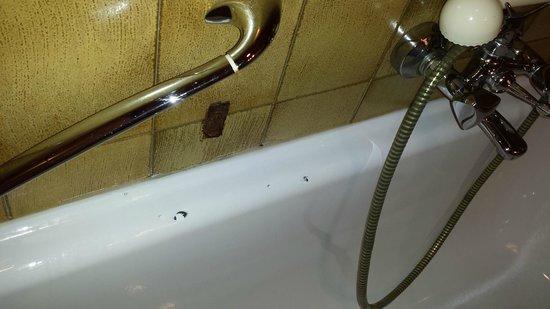 Hotel Valserhof: Vasca da bagno scheggiata e vecchia