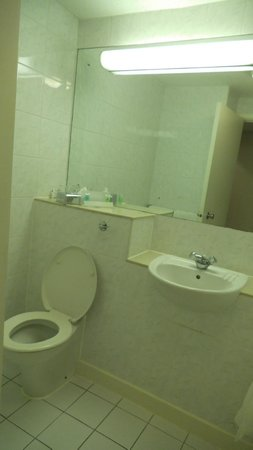 Airport Inn Gatwick: Bathroom II
