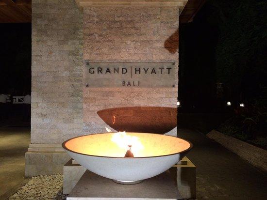 Grand Hyatt Bali: 入口の火