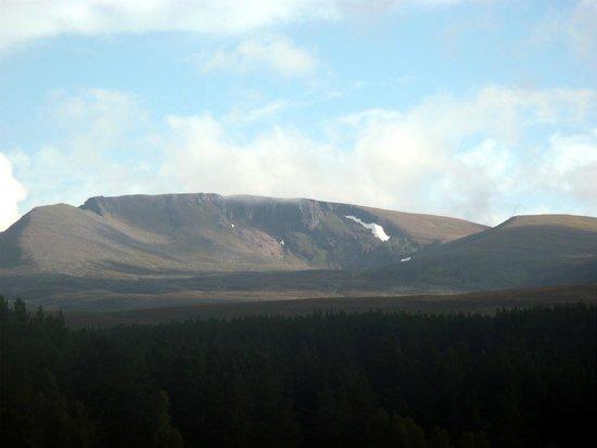 Cairngorm Lodge Youth Hostel: Un peu de neige au mois d'Aout sur les monts environnants