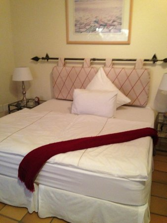 Diamond Guest House: The bed! Firm and comfy! Really warm duvet noted too.