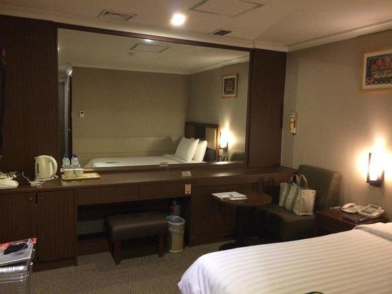 Best Western New Seoul Hotel : 窓の無い部屋は鏡張り