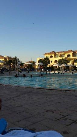 Mövenpick Hotel Cairo-Media City: منظر عام