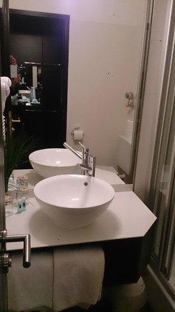 Zi Hotel & Lounge: Bath room