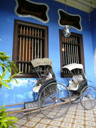 Cheong Fatt Tze - The Blue Mansion: Old rickshaws next to the Mansion's main door.