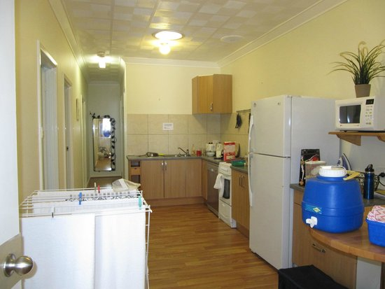 Kalgoorlie Overland Motel: Udated modern kitchen with full stove with oven, 3 bedrooms open in a row down left side.