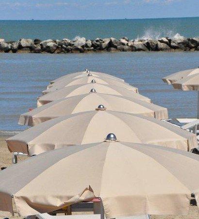 Viserbella, Italy: Ombrelloni e Mare