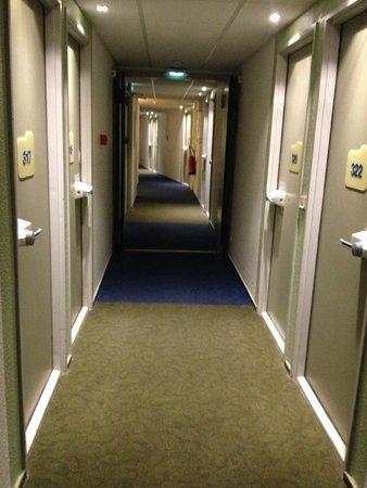 Ibis Budget Avignon Centre : couloir chambres