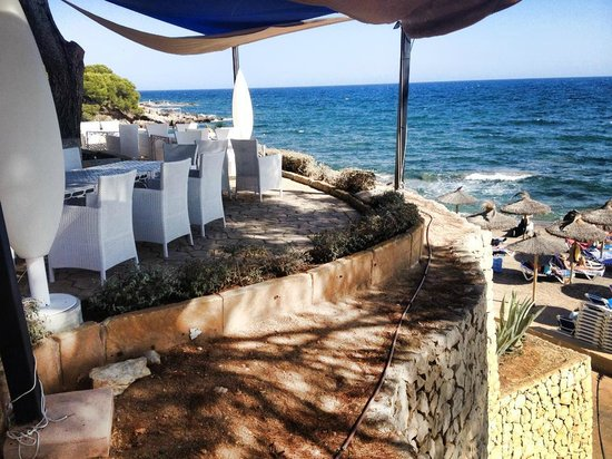 Hipotels Eurotel Punta Rotja & Spa: Beach at end of the garden (this is a separate restaurant)
