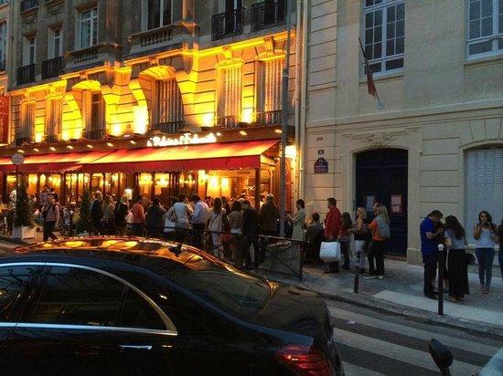 Le Relais de l'Entrecote : File d'attente un vendredi soir à 20h30. Le restaurant refuse toute réservation.