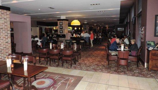 Hilton Dublin Airport Hotel: Bar area