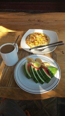 Bulih Beach Bungalows : Choice of breakfast: fruit, ginger coffee, thick banana pancake