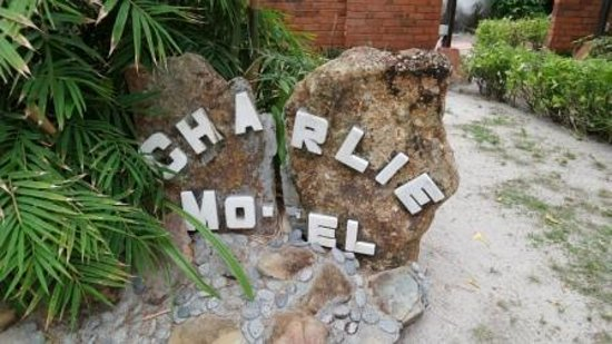 Charlie Motel & Restaurant: Even the sign needs fixing