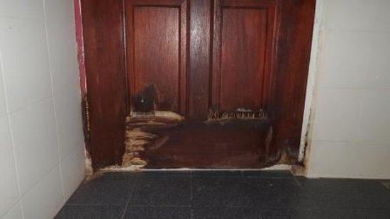 Charlie Motel & Restaurant: Rotten bathroom door