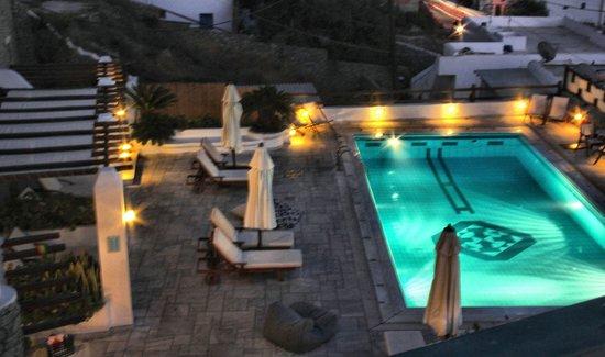 Pelican Bay Art Hotel: Swimming pool & deck