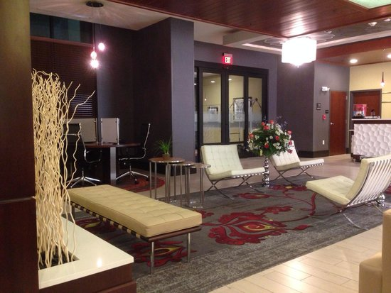 Hampton Inn & Suites Chattanooga/Hamilton Place: Welcome area and adjacent dining area