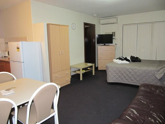 Burswood Lodge Motel Apartments : 2 Connecting rooms - Double bed in living area, 2nd bedroom with 3 singles and adjoining Bathroo