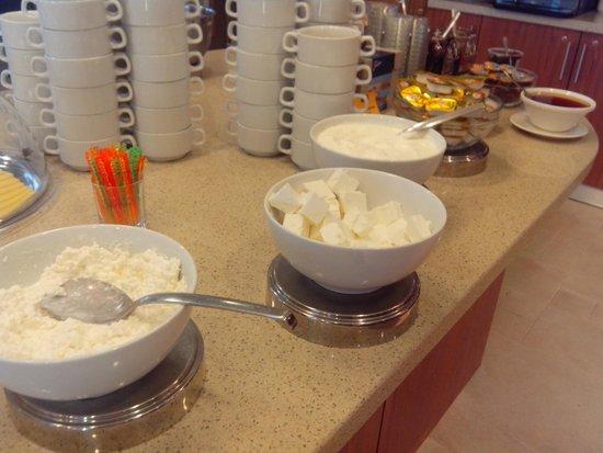 Staybridge Suites St. Petersburg: Quesos desayuno