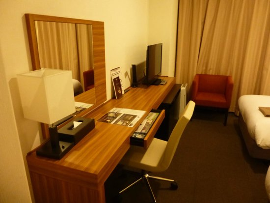 Mitsui Garden Hotel Chiba: ツインルームの机といす