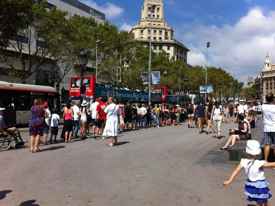 Barcelona Bus Turistic: The line u have to stand in for these hop on and off buses. They sent away half filled busses wh
