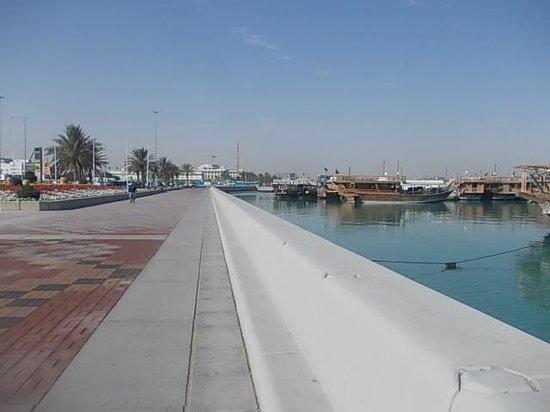 The Corniche : 海岸沿いの遊歩道の様子