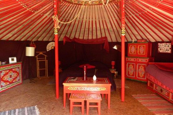 La Longère du Parc : intérieur yourte rouge