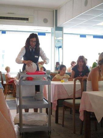 Hotel Delfin: Официантка в столовой