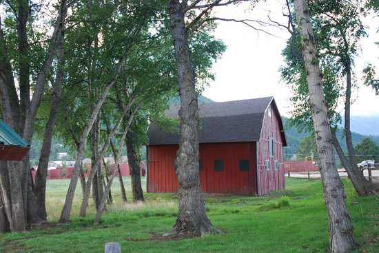 Elk Meadow Lodge & RV Resort: barn on property