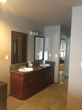 GrandView On The Lake: Bathroom located in the master bedroom