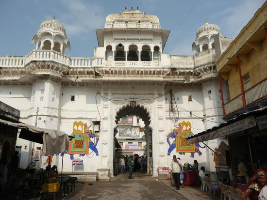 Nathdwara, อินเดีย: Temple oremises from the market side
