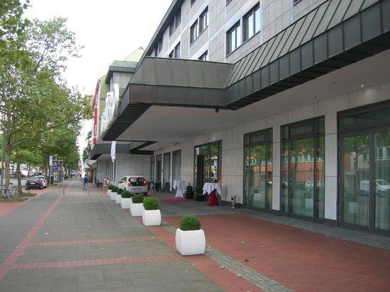 DORMERO Hotel Hannover: la facciata...