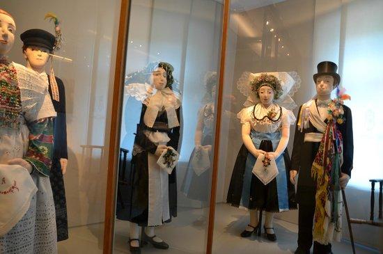 Sorbisches Museum: Veel klederdrachten, onder diverse omstandigheden