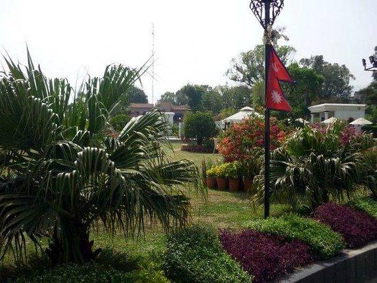 Hotel Shanker: территория отеля. виден знаменитый непальский флаг)