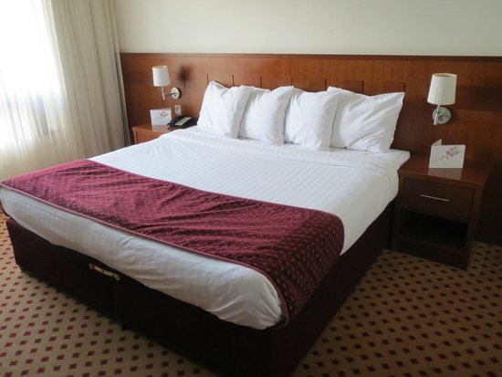 Maldron Hotel Sandy Road Galway : Comfortable king-size bed