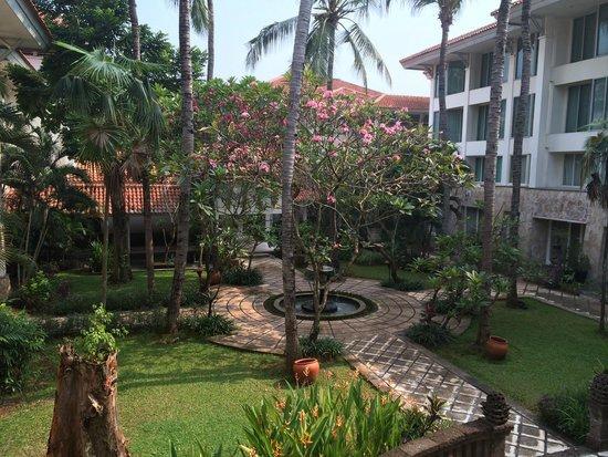 Bandara Hotel: Beautiful tropical gardens surrounds the hotel