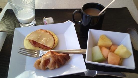 Hyatt Place Waikiki Beach: 無料の朝食が美味い。フルーツ最高