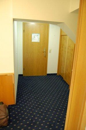 Hotel zum Schiff: Zimmer mit Querbalken. 60% des Zimmer nicht nutzbar.