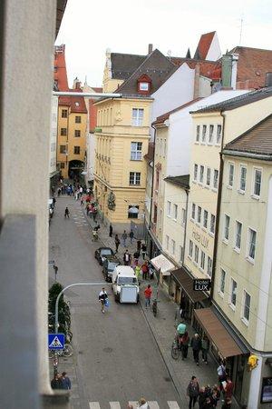 Cortiina Hotel: street view from 2nd floor room in annex building