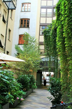 Cortiina Hotel: courtyard patio