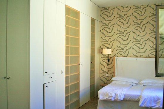 Cortiina Hotel: 2nd floor street view room in annex building