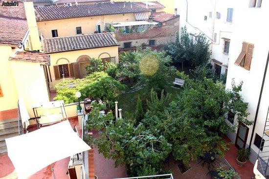 Mia Cara/Archi Rossi Hostel: Внутренний дворик. Справа - отель, слева - хостел
