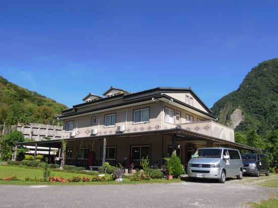 Mukumugi Valley B&B: 慕谷慕魚民宿停車空間可停大型遊覽車六輛,小型車可停45輛