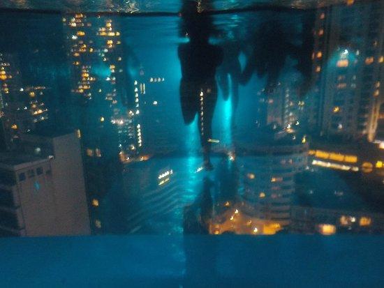 Hotel Indigo Hong Kong Island : vue de nuit de l'intérieur de la piscine
